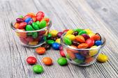 Colorati rivestiti di cioccolatini in due ciotole di vetro — Foto Stock