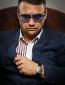 Frowning businessman wearing sunglasses — ストック写真