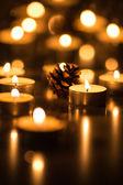 Зажгли свечи чайные и шишка — Стоковое фото