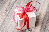 Paquete romántico blanco con cintas rojas y rosadas — Foto de Stock