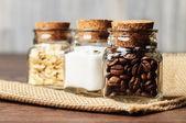 Trois pots plein de grains de café, de sucre et d'avoine — Photo