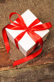 Gift box with ribbon — 图库照片