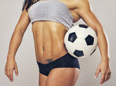 Vrouw met voetbal — Stockfoto
