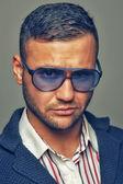 Güneş gözlüğü takan adam — Stok fotoğraf