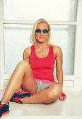 Sporty Blond in sunglasses — Stockfoto