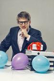 Homem com balões de cor e caixa de presente — Fotografia Stock