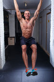 Bodybuilder doing pull-ups — Stock Photo