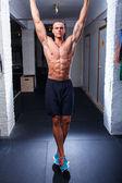 Bodybuilder doing pull-ups — ストック写真