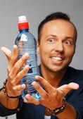 Man met fles water — Stockfoto