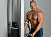 Güçlü bir adam ile bir spor kulübünde yapıyor çıplak gövde — Stok fotoğraf