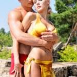 homem bonito e mulher segurando na praia — Foto Stock