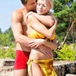 bel homme et femme tenant sur la plage — Photo