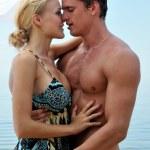belle femme et homme, baiser à la plage — Photo