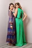Twee mooie vrouw in lange jurken. — Stockfoto