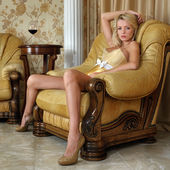 Bella donna in biancheria intima in interni di lusso. — Foto Stock