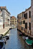 Casas y canal veneciano. — Foto de Stock