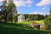 Paisaje de verano del jardín pavlovsk. templo de la amistad — Foto de Stock