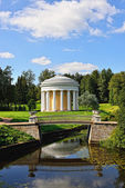 Summer landscape of the Pavlovsk garden. Temple of Friendship — Foto de Stock