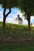 Pohled do gatčinský palác plotem zahrady — Stock fotografie