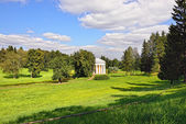 Summer landscape of the Pavlovsk garden, Temple of Friendship — Stock Photo