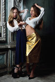 Due bellissime donne in posa in interni obsoleti. — Foto Stock
