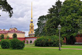 Fortness of St. Peter and Pavel and the park in St-Petersburg, R — Stock Photo