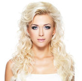 Bella mujer con largos cabellos rubios — Foto de Stock