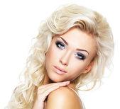 Schöne blonde Frau mit langen Haaren — Stockfoto