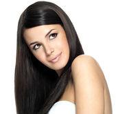 Kvinna med långa raka hår — Stockfoto