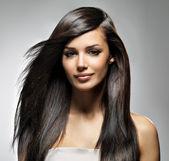 Belle femme avec les cheveux longs raides — Photo
