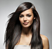 Bellissima donna con lunghi capelli lisci — Foto Stock