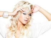 Uzun sarı saçlı güzel model — Stok fotoğraf