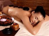 Kadın taş masaj spa salonu içinde sahip — Stok fotoğraf