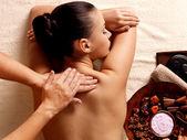 Femme ayant massage dans le salon spa — Photo