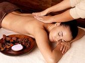 женщина, имеющая массаж в спа-салоне — Стоковое фото