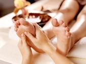 Massage des menschlichen fußes in spa-salon — Stockfoto