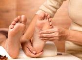 Masaje del pie humano en el salón de spa — Foto de Stock