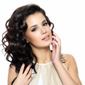 Mooie jonge vrouw met lang krullend haar schoonheid. — Stockfoto