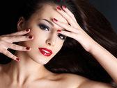 ストレートの長い茶色の毛を持つ美しい女性 — ストック写真