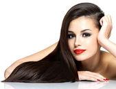 Vacker kvinna med långt brunt rakt hår — Stockfoto