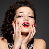 Giovane donna abbastanza con manicure rosso e labbra — Foto Stock