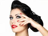 Mode meisje met rode lippen en nagels — Stockfoto