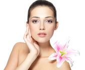 Beauty face of young woman with flower. Beauty treatment concept — Stock Photo