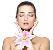 Beauty face of pretty woman with flower. Beauty treatment concep — Zdjęcie stockowe