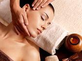 Kvinna med massage i spasalong — Stockfoto