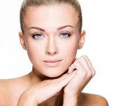 Krásná tvář mladé kavkazské ženy — Stock fotografie
