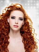Hermosa mujer con pelo largo y rizado — Foto de Stock