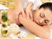 Kvinna med massage av kroppen i spasalong — Stockfoto