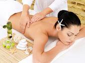 Mujer en terapia de masaje de vuelta en el salón de spa — Foto de Stock