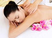 Frau auf gesunde massage des körpers im schönheitssalon — Stockfoto